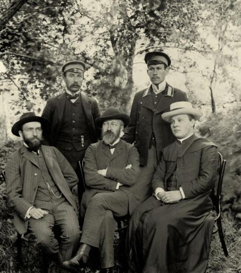 Kalbininkai Seinuose. Pirmas iš kairės sėdi Jurgis Šlapelis, Jonas Jablonskis, kun. Juozas Laukaitis, stovi Kazimieras Būga, Juozas Balčikonis. 1909 m.
